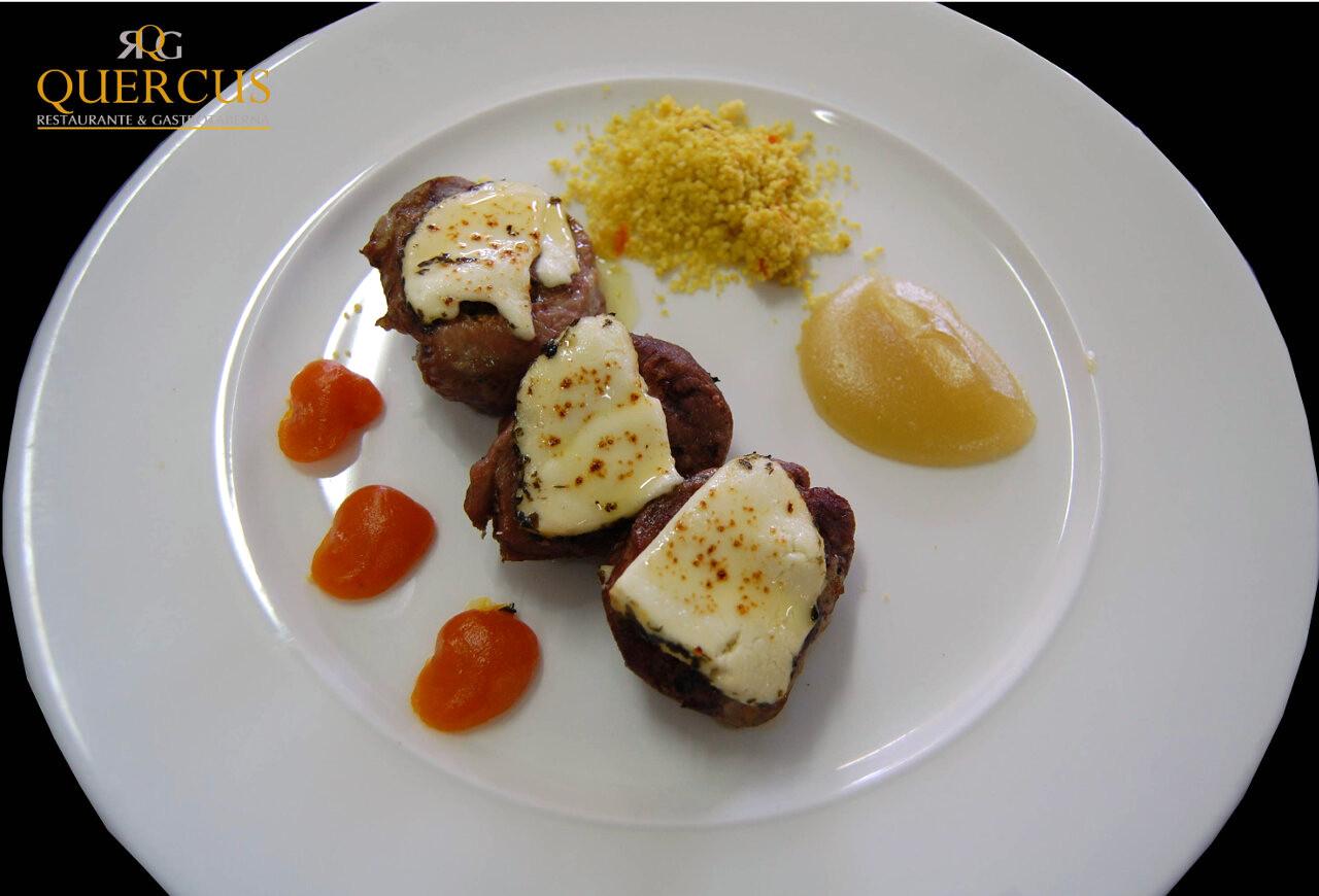 Miñones de solomillo de ternera con sobre de queso de cabra al eneldo, cuscús y dúo de purés