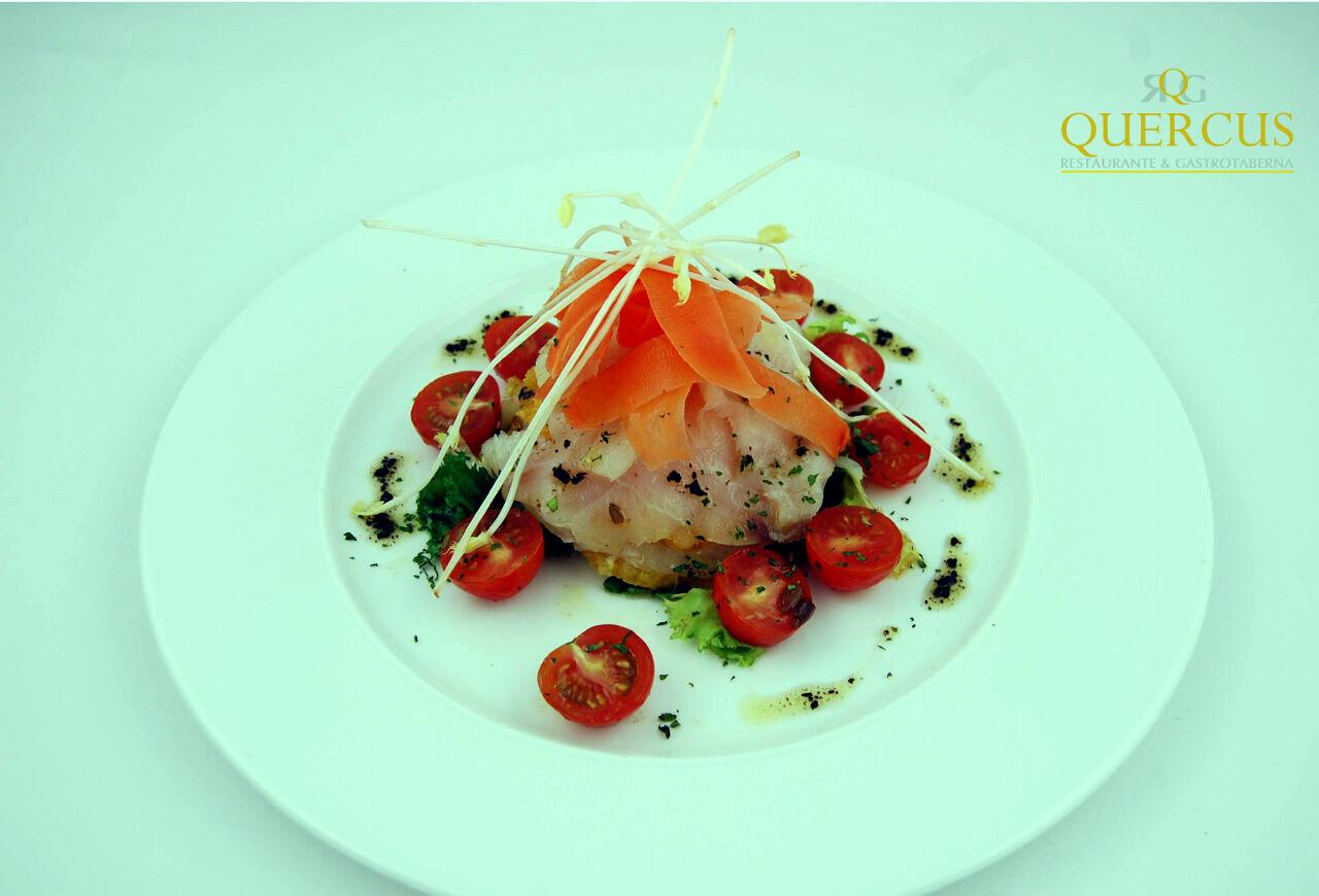 Láminas de bacalao ahumado sobre costra de pan tostado, vinagreta de pistachos y cherrys