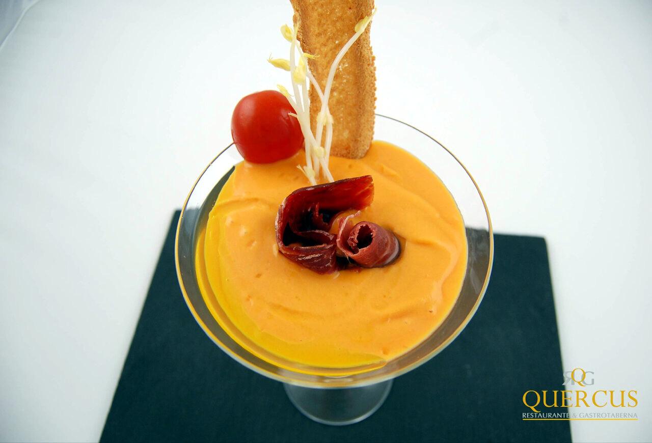 Salmorejo cordobés con lasca de jamón ibérico de bellota, cherry y oblea de pan