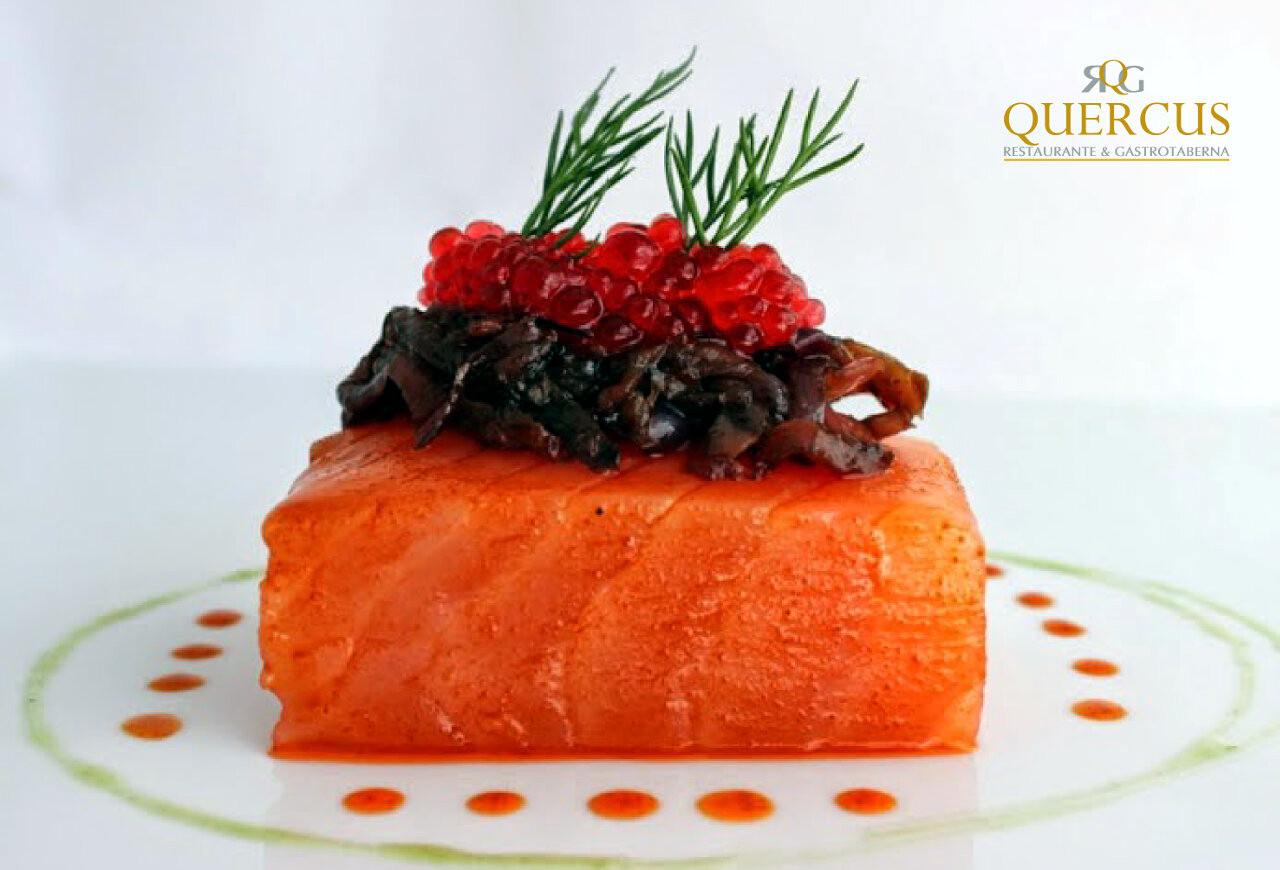 Lomo de salmón marinado con deshidratado de boletus y caviar rojo