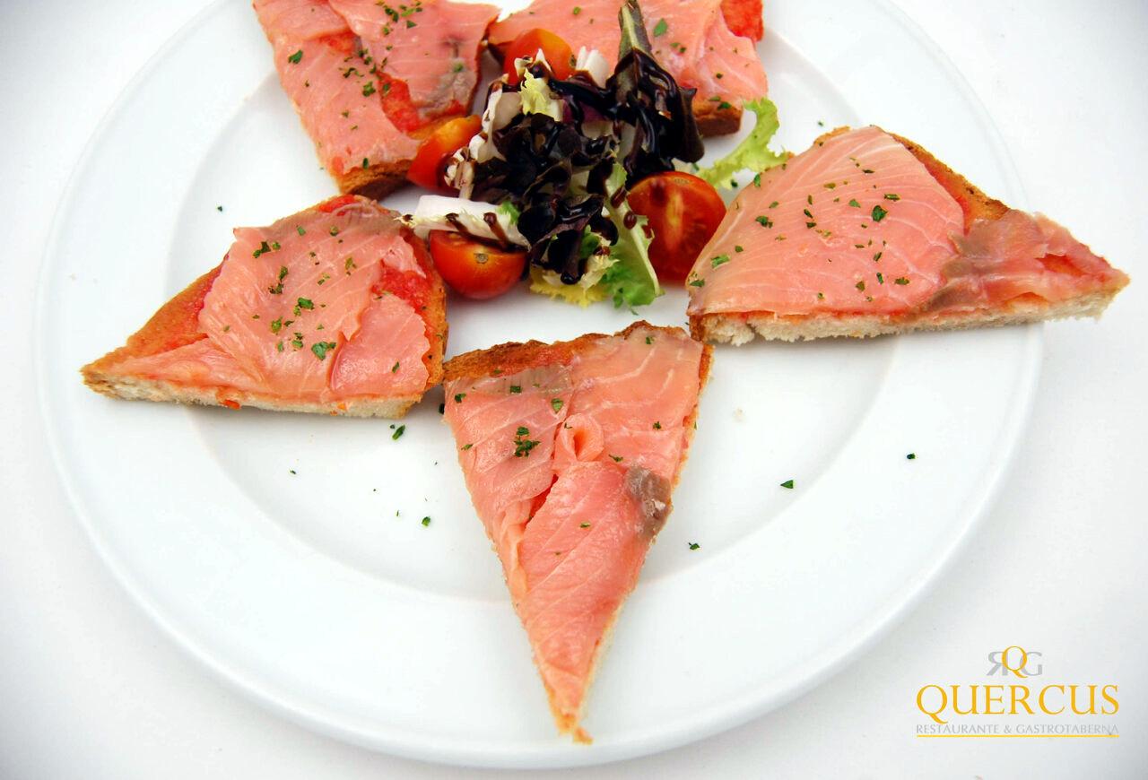 Salmón ahumado en ensalada sobre costrón de pan de pueblo con tomate y aceite