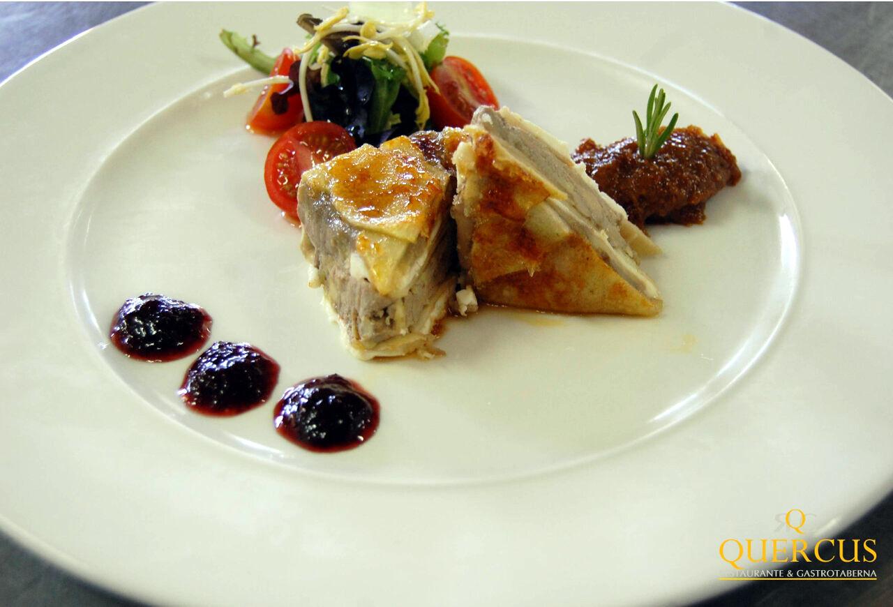 Pastel de foie de oca con pasta caramelizada, ensalada de la huerta y confitura de frambuesa